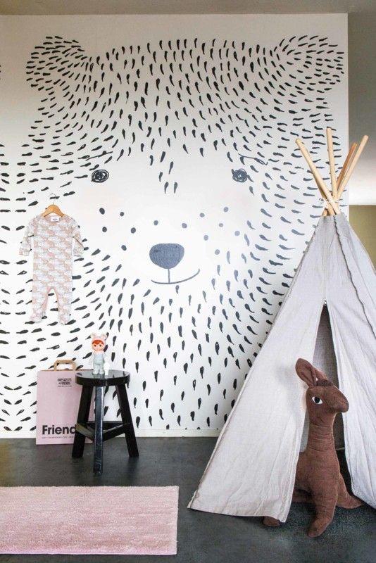 Prachtig behang met getekende berensnoet, een muurhoge afbeelding voor een hippe kinderkamer. Je bestelt het behang van Studio Onszelf bij Woonkeet.nl