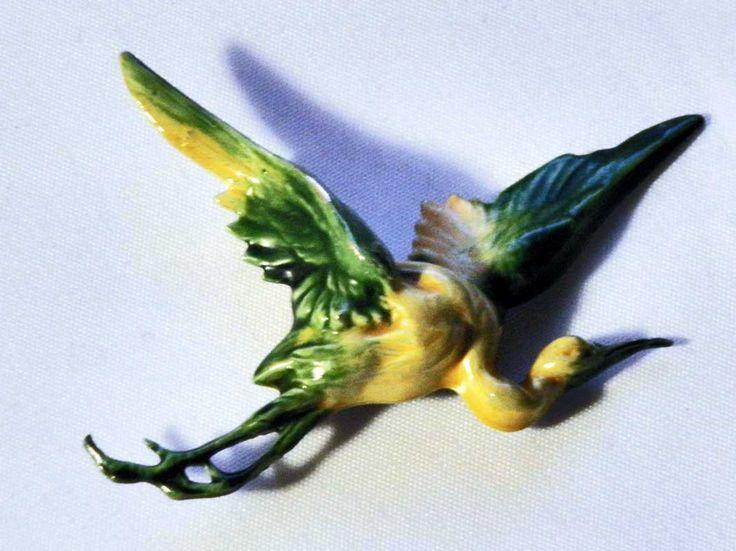 vintage vogel broche van dun metaal of tin gedetailleerde kraanvogel ooievaar reiger geemailleerd 1950 door TresbeLLL op Etsy
