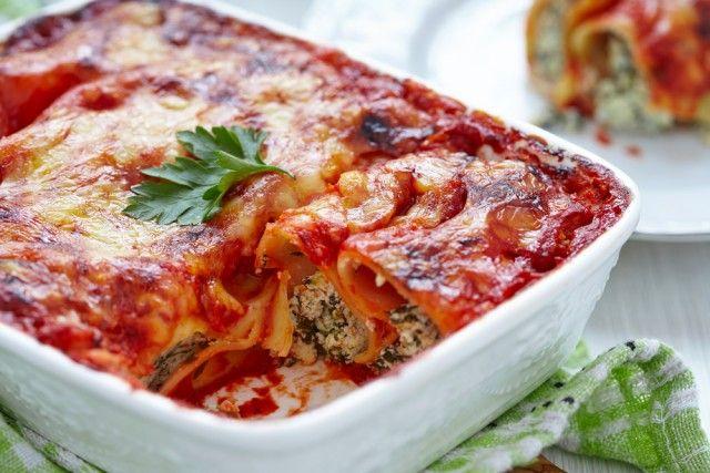 Cannelloni ricotta e spinaci: la versione classica in bianco e con il sugo