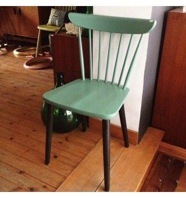 Chaise type Tapiovaara. Pieds peints en bois noir. Assise et dossier bois peint en vert. Années 50.  #vintage #chair # Prix : 90€