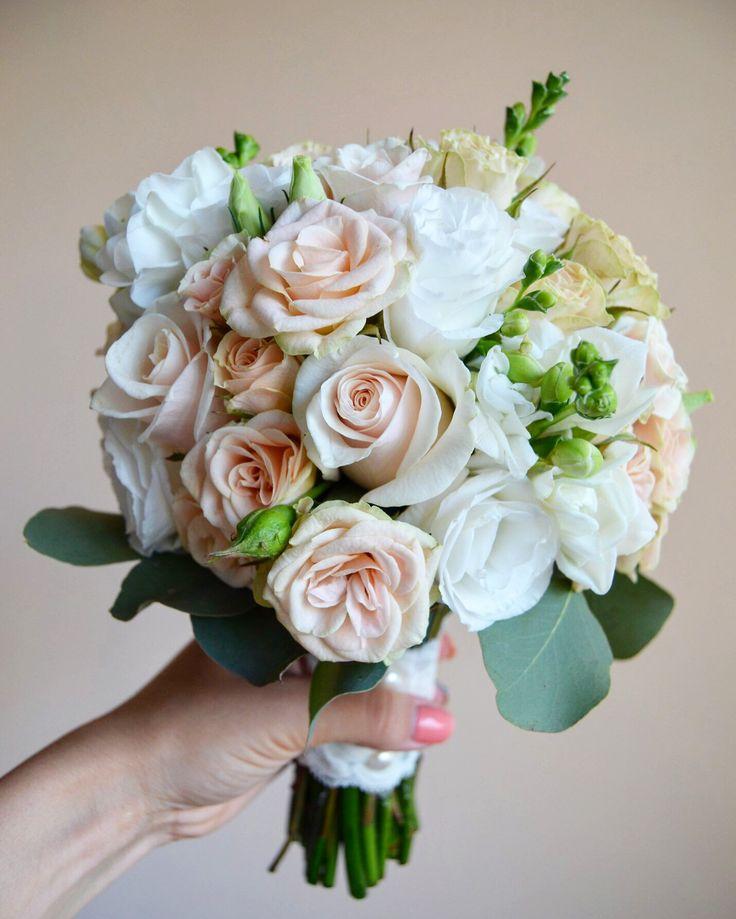 Свадебные букеты из подмосковных роз и фрезий