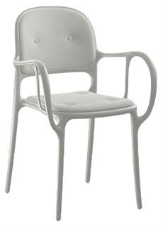 Milà från Magis är en serie som är designad av Jaime Hayón. En stol med armstöd som är tillverkad av polypropylen plast med glasfiber och där sitsen samt ryggen är klädd. Det går även att få stolen i flera olika färger. Sen är det en stol som för tankarna till en klassisk böjträstol. Milà finns även i ett utförande helt i plast. #stolar #karmstolar #restaurangstolar #magisstolar #plaststolar #cafestolar #dialoginterior