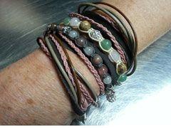 leren armband en edelsteen armbanden geknoopt door cursist
