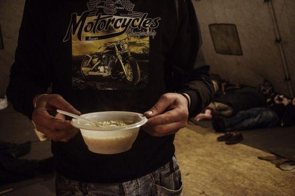 На дне города: как помогать бездомным