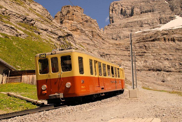 Elettromotrice 206 ad alimentazione trifase BDhe 2/4 del 1961 a Eigergletscher (2320 m slm) prima dell'imbocco della galleria che conduce allo Jungfraujoch (3454 m slm). Eigergletscher, 1 agosto 2012 - (Foto: Riccardo Genova)