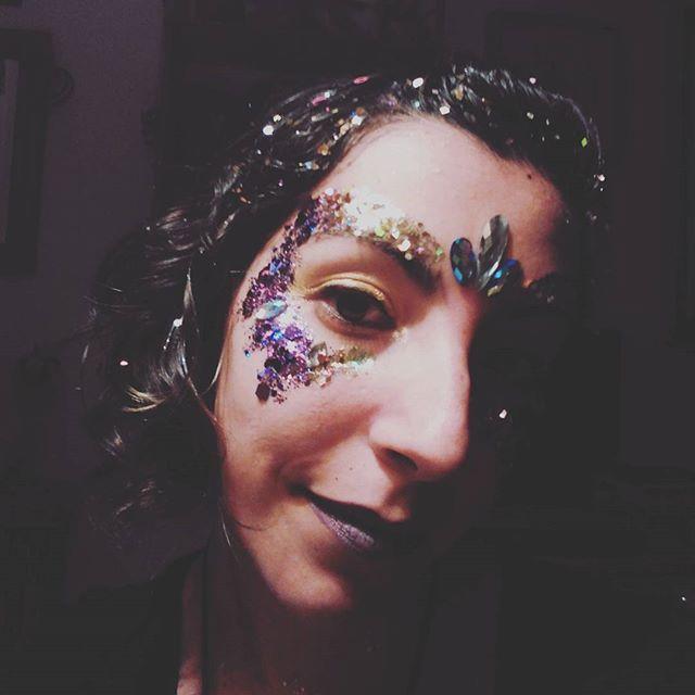 ✨✨Glitteraddict✨✨ #rainbowgirlbcn #glitter #purpurina #brillibrilli #thegypsyshrine #gypsyshrinenewyear #maquillajefansia #makeup #barcelona @thegypsyshrine