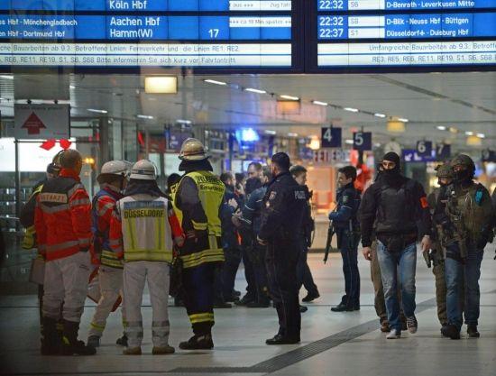 Einsatzkräfte von Feuerwehr und Polizei am Donnerstagabend im Hauptbahnhof.