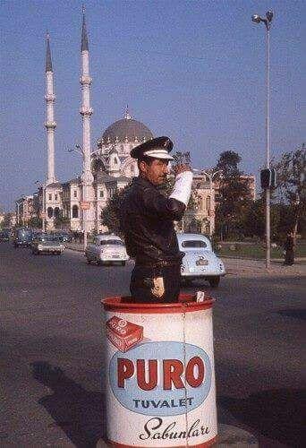 Trafik polisi varili üzerinde Puro sabun reklamı. Bunlardan bir zamanlar Karaköy'de de vardı.