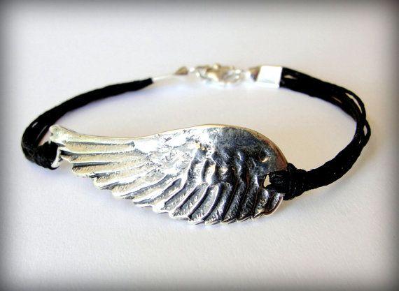 Fliegen Sie mit... Dieser handgefertigte Flügel (40x16mm oder 1,5 x. 5 ca.) befindet sich in einer schönen oxidiertes Sterling Silber. Es ist verknotet schwarzen Leinen Stränge zu verdreifachen und ist fertig mit passenden Sterling enden und Karabiner-Verschluss. Eine Gruppe von Sterling Perlen Akzente die Spange.  Es ist auch in gold Bronze (Foto 3) erhältlich: https://www.etsy.com/listing/216684501/angel-wing-bracelet-flight-bird-wing  Und Kupfer stieg Bronze (Foto 3)…