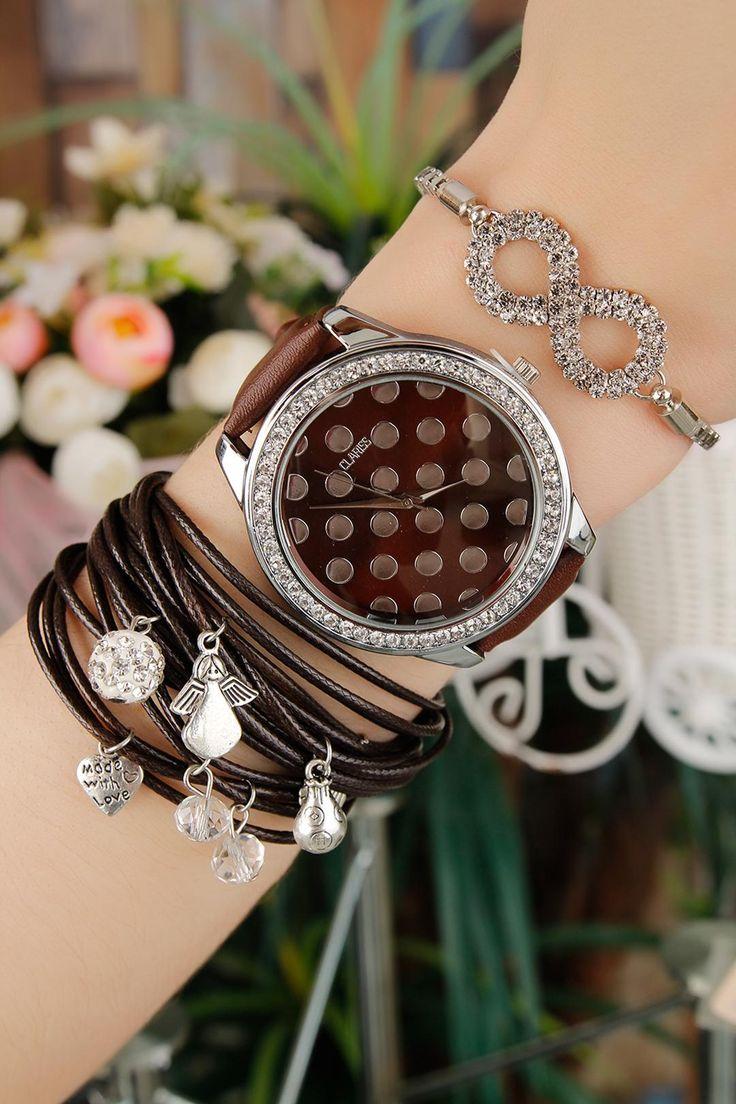 Silver tasarımlı Clariss Marka Kahverengi Deri Kordonlu Bayan Kombin saat ile her zaman şık kalıcaksınız.