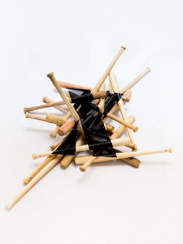 'X' bestaande uit een compositie van honkbalknuppels door Joachim Baan