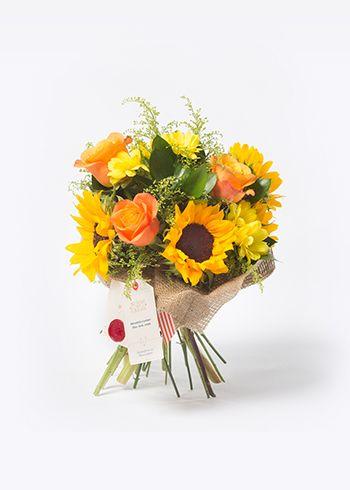 SUNSHINE | Burlapa sarılmış ayçiçeği, Rose Confidential turuncu güller, solidago, sarı krizantem, ruskos. | Bloom and Fresh