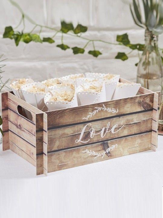 Cassetta love. Originale scatola a forma di cassetta in legno per contenere bomboniere, coni riso o qualsiasi altro oggetto. Per un matrimonio country. Misure: 30 x 13 x 19 cm. #matrimonio #wedding #confettata #country #bomboniere #cassetta #legno #riso #ceremony #party #weddingideas