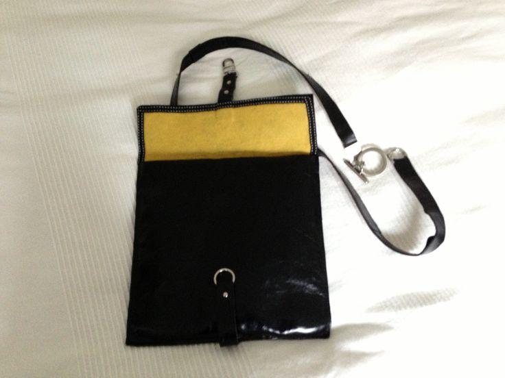 Cross over taske i sort skind m gult filtfor
