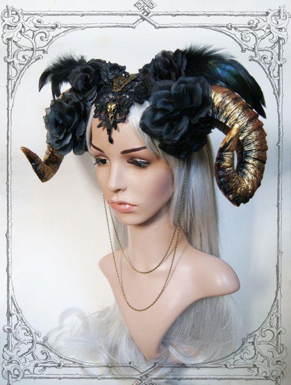 Schöne handgemachte Haarreif Kopfschmuck mit faux Widder Hörner und Kunstblumen, Federn, Spitzen und Metall-Details. Diese einzigartige