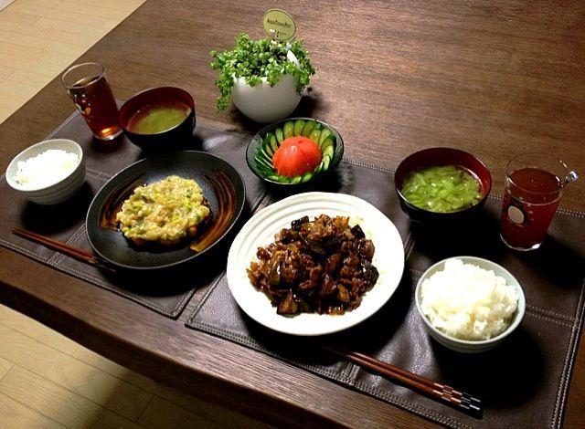 魚より肉が好きな旦那ちゃんに、しっかり魚を食べてもらおうと色々と工夫してます。 d( ̄  ̄) - 30件のもぐもぐ - 茄子と豚肉の唐辛子炒め、鰤の葱あんかけ、トマトサラダ、キャベツ中華スープ、ご飯、菊芋茶 by pentarou