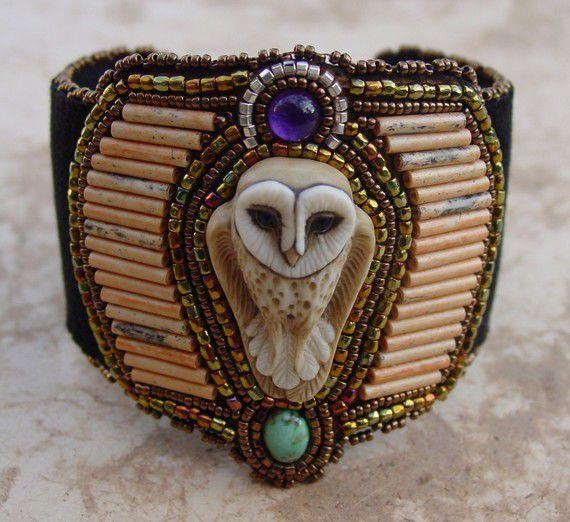Любителям сов посвящается. С некоторых пор, я стала собирать фотографии работ с изображением совы. Собралась целая коллекция работ американки Heidi Kummli (Хейди Куммли). Хочу поделиться с вами. Хейди Куммли и ее ожерелья являются синонимами совершенства, благодаря технике работы с бисером Навахо. Её творчество перекликается с традиционным искусством североамериканских индейцев.