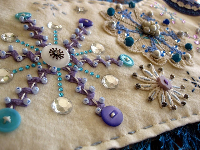 Love the star motif using ric rac and the unusual idea of sewing through the braid. Couldn't find this on the site so just pinning for info.