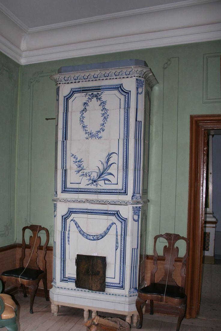 vanha sinivalkoinen uuni Ehrensvärd museosta