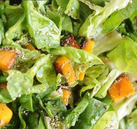 ensalada de calabaza hojas verdes palta y semillas https