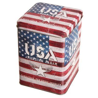 59,00 DKK. Dåse med Amerikansk flag. Stars and Stripes dåse med låg, fremstillet i metal. Dåsen kan f.eks. bruges til opbevaring af kaffebønner.  Dåsen med det Amerikanske flag er 10,5 x 10,5 cm og 15 cm høj.
