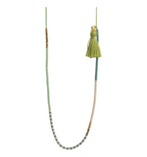 halskæde med delica og kvastTil denne halskæde er der brugt følgende materialer:  Delica lys tan, mat DB0354V Delica havskum, silkeeffekt DB0828V Delica turkisblå, mat DB0792V Delica kølig guld, 6-kantet DBC0-0034V 90cm polyestersnor, lys grøn 0,9mm 1 stk. låseperle 4mm, forgyldt sterlingsølv 1 stk. kvast, army grøn 1 stk. øsken 5mm, forgyldt sterlingsølv + evt. splitnål + lighter