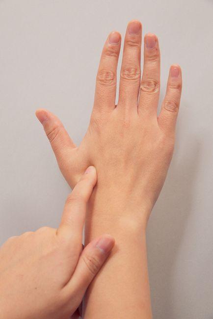 (4)飲みすぎによる肌荒れに<合谷 ごうこく> 合谷 年末年始の暴飲暴食で、肌荒れが気になる! そんな時は、親指と人差し指の骨の交差点にある合谷を押してみよう。このツボはリフレッシュ効果もあるので、気分転換にもピッタリ。