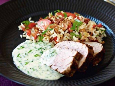 Helstekt fläskfilé med bacondoftande ris och örtsås
