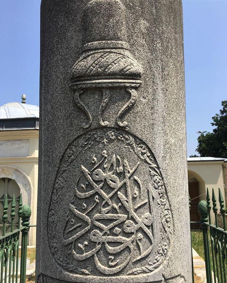 """''Lâ mevcude İlla Hû'' """"o'ndan başka varlık yoktur/Allah'tan başkası yoktur"""".    An Dervishes Grave Stone /İstanbul"""