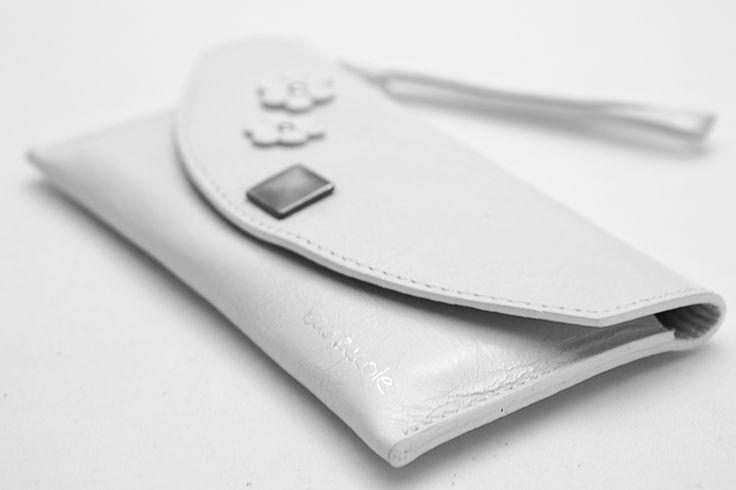 La custodia Bazzecole per Telefono HAWAII, in pelle lavorata a mano, è adatta per #iPhone #Samsung #LG e molti altri brand #Moda #Fashion #Madeinitaly #style #Bazzecole #Custodie #Handmade