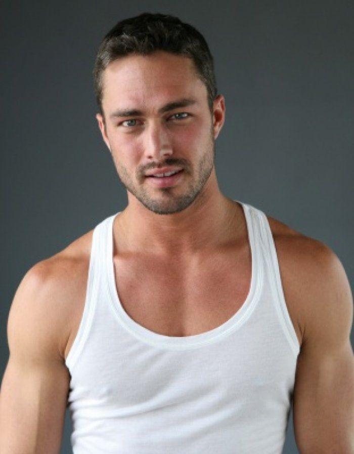 Taylor Kinney, délicieusement viril                                                                                                                                                      Plus