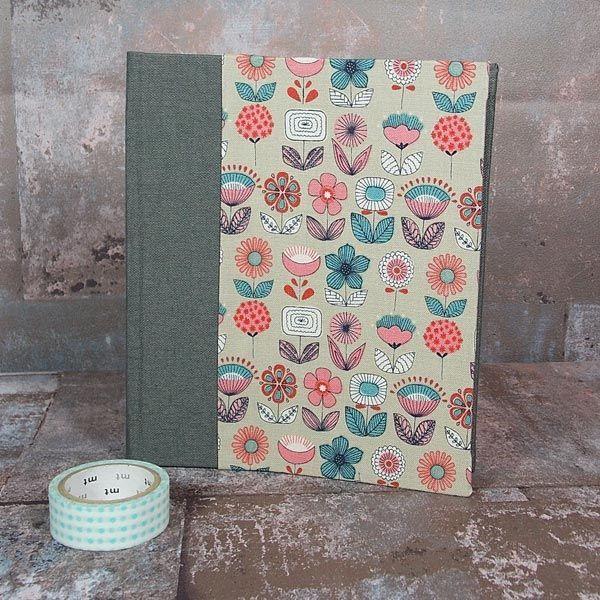 Kleines braun gemustertes Einsteckalbum, mit einem zauberhaften dänischen Baumwollstoff bezogen. Für Fotos im Postkartenformat. Personalisierbar.