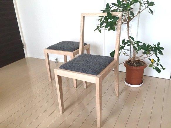 総タモ材手作りの椅子です。ベースは全て木組みを使い組み立てていますので、デザインをギリギリめで絞りながら丈夫な椅子になりました。塗装は、水性ウレタン仕上げ。座面は、低反発ウレタンとウレタンチップの2層構造でふんわりと柔らか過ぎず、スウェード生地で張り上げ、優しい座り心地にしました。座面は張り替えができるように、ビス留めで外せれられるようになっています。弓なりの後ろ脚がこだわりで、綺麗なラインが引き�