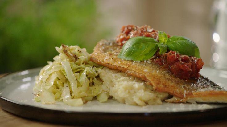 Op vel gebakken zeebaars met pastinaakpuree, tomatensaus en spitskool  | VTM Koken