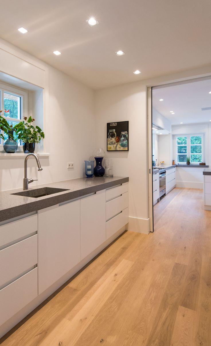 Moderne, greeploze witte keuken