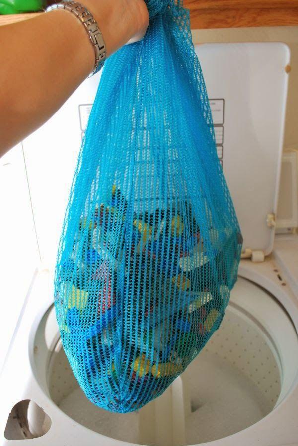 Αυτάτα tips για το σπιτι απλα ΔΕΝ ΥΠΑΡΧΟΥΝ!!!!!    Στα ντουλάπια κουζίνας συσσωρεύεται βρώμiα και μικροβια! Μπορείτε να διορθώσετε το πρόβλημα με αυτό το σπιτικό καθαριστικό.Αναμίξτε ένα μέρος ελαιόλαδο και 2 μέρη μαγειρική σόδα και χρησιμοποιήστε ένα σφουγγάρι ή ένα πανί για να καθαρίσετε τα ντουλάπια(ακόμα καλύτερα αποτελέσματα θα έχετε …