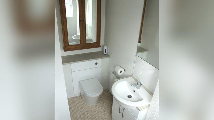 Das Badezimmer bietet für Schimmel meist ideale Voraussetzungen. Mit einigen Tipps und Tricks lässt sich einem Befall jedoch effektiv vorbeugen. Regelmäßiges und ausgiebiges Lüften sowie gründliche Sauberkeit spielen dabei eine große Rolle.