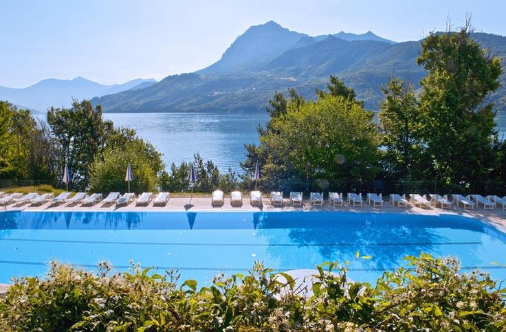 Vakantiepark L'Ami Soleil Ecrin du Lac ligt aan de rustige westoever van het meer van Serre-Ponçon. Er staan 70 comfortabele en zonnige chalets en appartementen. Het decor van het blauwe water van het meer en de bergtoppen op de achtergrond, is ronduit fantastisch! Het park ligt op ca. 6 km van het stadje Chalons in het noorden van de Provence. Je kunt van hieruit heel wat interessante excursies maken, zoals naar Gap of naar de Col de Vars. De camping ligt op 6 km van het plaatsje Chorges.