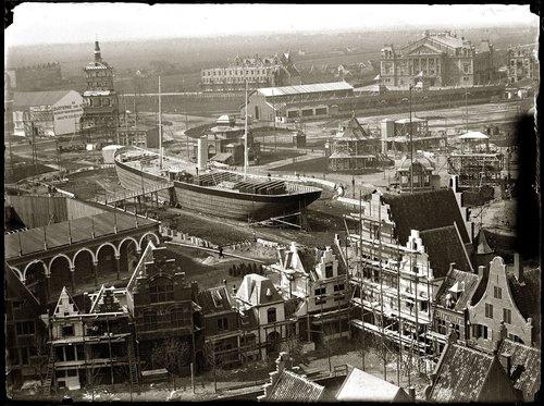 Museumplein · 13 april 1895 IJsclubterrein.(na 1951: Museumplein). Opbouw van de Wereldtentoonstelling van het Hotel- enReiswezen, gezien vanaf toren Rijksmuseum. Op de achtergrond: Van Baerlestraatmet Concertgebouw. Midden: mailboot Prins Hendrik.