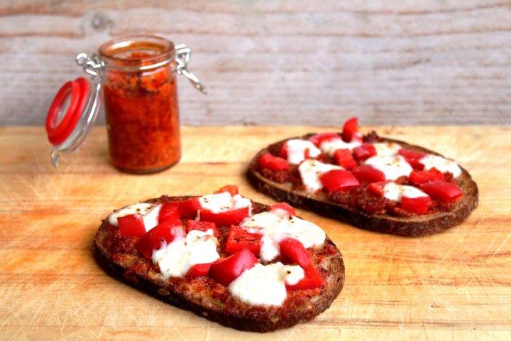 Speltbrood met tomatentapenade and mozzarella