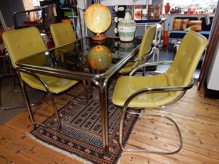 Mooie retro/vintage eethoek. Bestaande uit een buizenframen eettafel met glasplaat en 4 buizenframen stoelen met appeltjes groene sky. In goede staat. VERKOCHT
