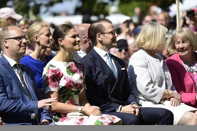 Kruununprinsessa Victoria edusti hehkuvan kauniina kukkamekossa – asusteina upeat korot ja pikkulaukku - Kuninkaalliset - Ilta-Sanomat
