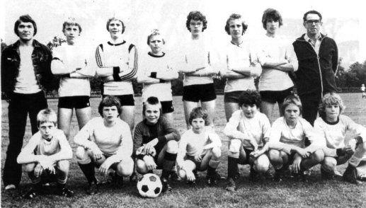 Het C-elftal van S. V.N.  Staand v.l.n.r.: M. Dijkrnan, Joh. Dillema, A. Bergsrna, H. Vonk, K. de Vries, D. Veenstra, H. Vos, .J. Koonstra. Hurkend: P. Haakma, R. Bosgraaf, D. Kloosterrnan, J. Monsma, H. Hoekstra, M. Ketellapper, J. Koster.