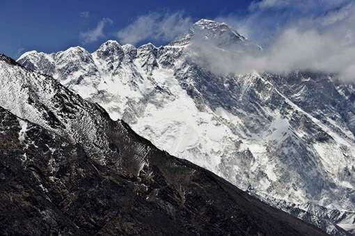 Op de Mount Everest zijn de afgelopen drie dagen drie bergbeklimmers omgekomen: een Amerikaan, een Slovaak en een Australiër. Een vierde Indiase ...