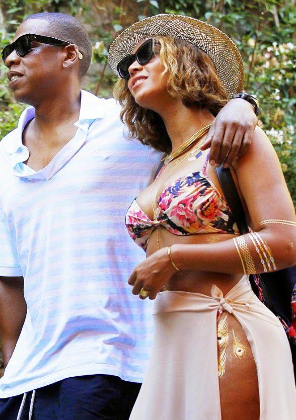 """IT: Dopo aver visto questa foto di Beyoncé su Instagram così """"agghindata"""" e decorata, è iniziata la ricerca spasmodica delle catenine per il corpo e dei tatuaggi temporanei color oro che imitano collane, bracciali ed anelli reali.Se avete letto il …"""