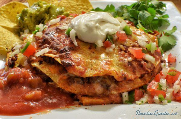 Aprende a preparar enchiladas Catrachas con esta rica y fácil receta.  Se ponen a cocer los huevos y luego se cortan en rebanadas; se fríen las tortillas en aceite...