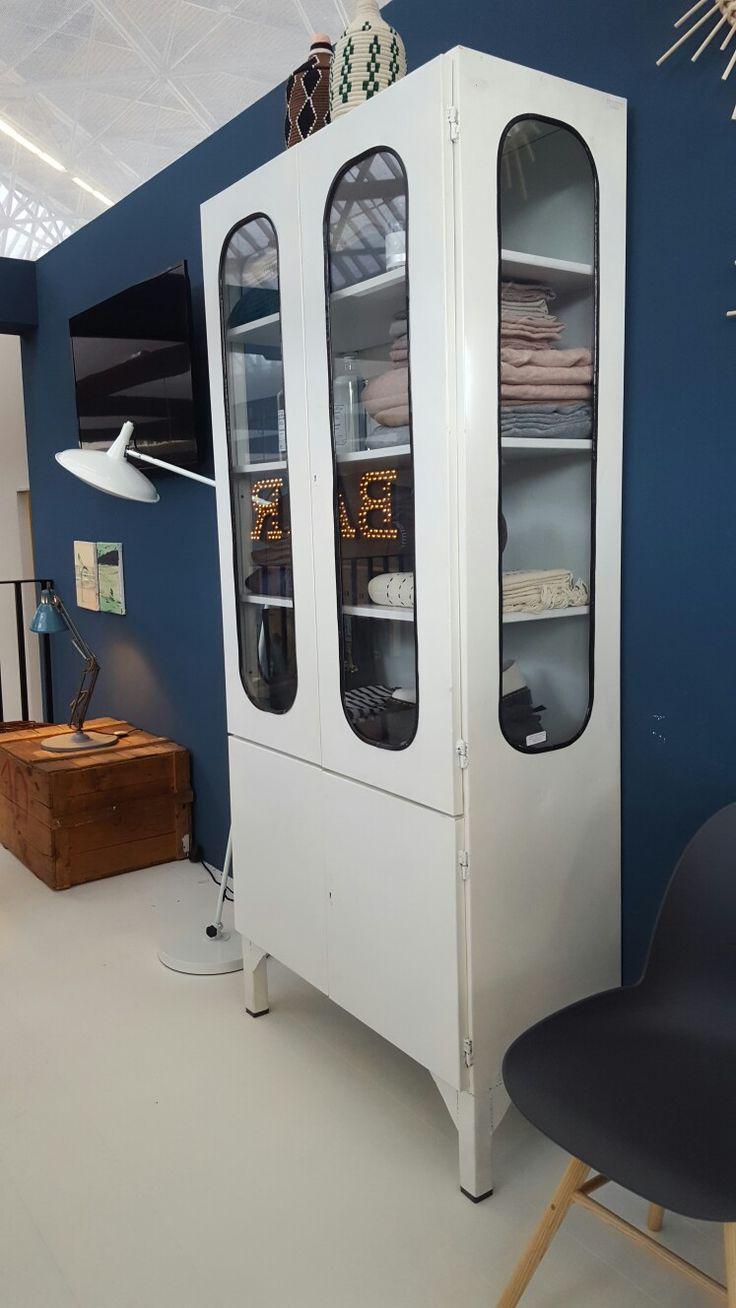 Stoere vintage ijzeren apothekerskast op de VTwonen & designbeurs Kast van WWW.OLD-BASICS.NL #retro #apothekerskast #ijzerenkast #industrieel #webshop #oldbasics