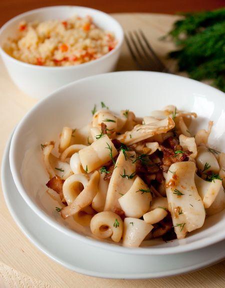 Жареные кальмары с беконом и чесноком