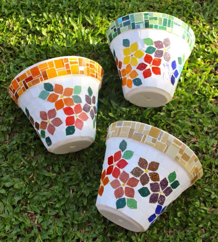 Vasos em mosaico / pots in mosaic bu Schandra Julia Mosaico                                                                                                                                                                                 Más