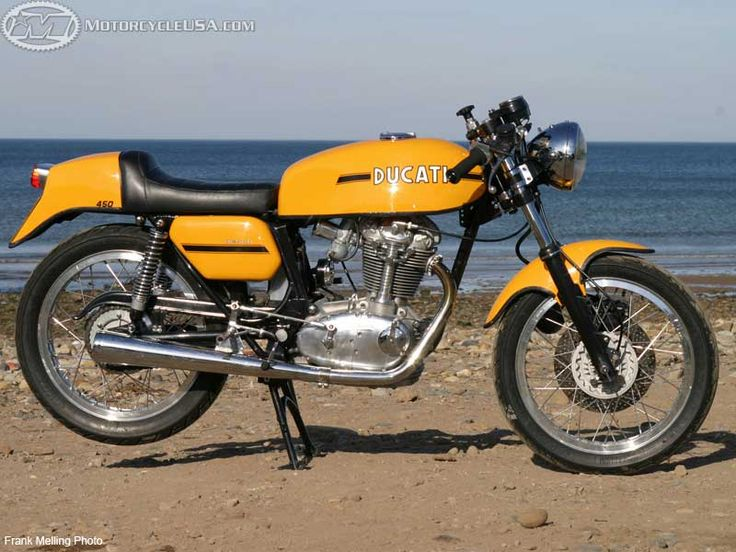 Ducati-450-Desmo.jpg (800×600) I think this was my first ever dream bike. I had a 350MkIII, which was lovely, but nothing like having one of these wonders. Later I decided a Montjuic would be as good or better, but now when I look back, I think it is this bike that would of been the one to have.